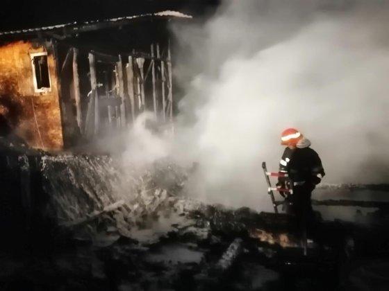 Imaginea articolului Flăcări violente în Prahova: Două case au ars complet, în urma unui incendiu pornit de la un scurtcircuit
