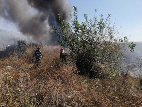 Imaginea articolului ZECI de anvelope au ars în apropierea unor case din Slatina/ Pompierii spun că focul ar fi fost pornit de mai mulţi copii