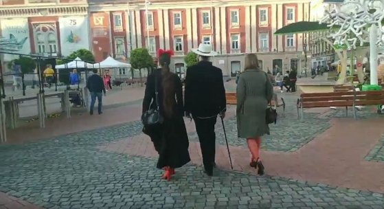 Imaginea articolului Un bărbat, filmat în timp ce se plimbă cu două femei în lesă, în centrul Timişoarei/ VIDEO