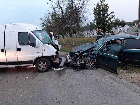 Imaginea articolului Accident GRAV: Şapte persoane rănite, printre care 4 copii, după ce un microbuz s-a ciocnit cu o maşină