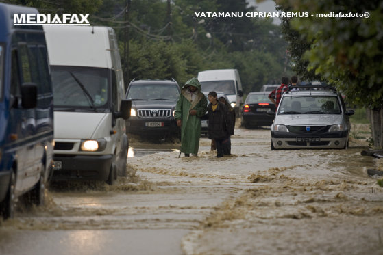 Imaginea articolului În Bacău plouă de peste 10 ore. Drum acoperit de ape/ Cod de INUNDAŢII, în vigoare, în şase judeţe