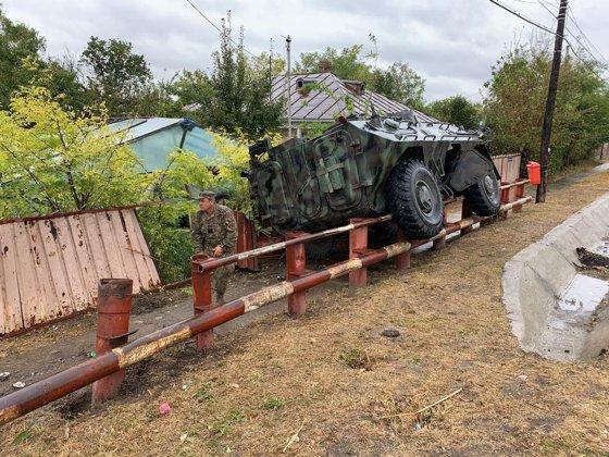 Imaginea articolului Transportor blindat al Armatei, implicat într-un accident într-un sat din judeţul Galaţi, după ce a rămas fără frâne: Un militar a fost rănit