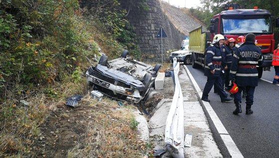 Imaginea articolului Accident în lanţ: Două persoane au fost rănite, după ce trei maşini s-au ciocnit pe Defileul Jiului - FOTO