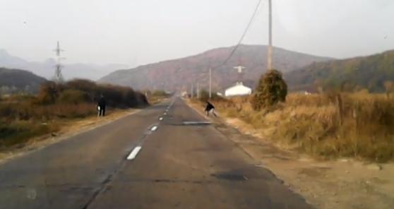 Imaginea articolului VIDEO | Păţania unor tineri care au întins un fir peste un drum naţional. Reacţia unui şofer