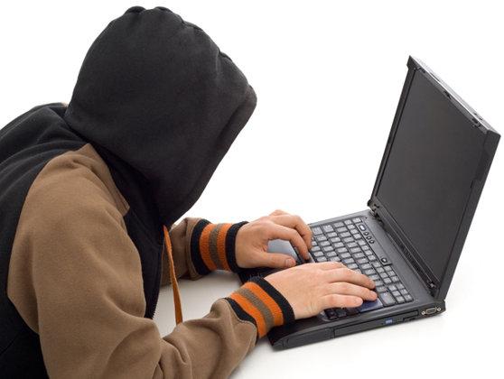 Imaginea articolului VIDEO   Doi tineri, bănuiţi de fraude informatice sunt audiaţi. Cumpărau produse de lux cu bani furaţi