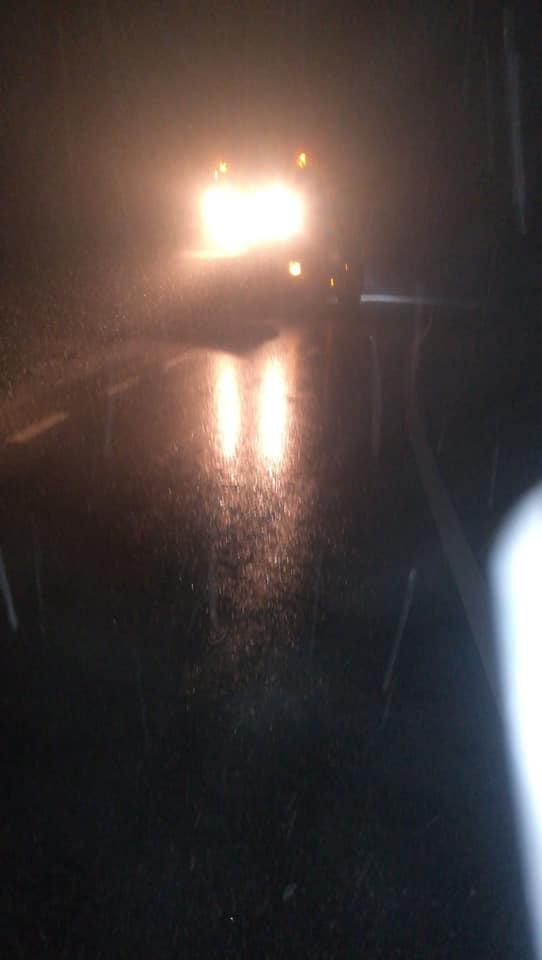 Imaginea articolului FOTO | Ninge în judeţul Neamţ, iar drumarii au împrăştiat material antiderapant