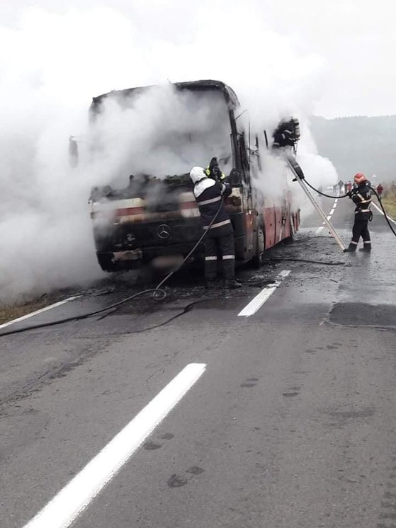 Imaginea articolului FOTO   Un autobuz cu pasageri a luat foc în Covasna. Zeci de călători s-au autoevacuat