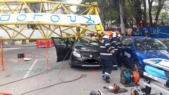 Imaginea articolului FOTO | Braţul unei macarale s-a prăbuşit peste o maşină în care erau patru oameni. Un bărbat a rămas încarcerat