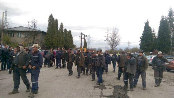 Imaginea articolului Minerii de la Paroşeni şi Uricani, blocaţi de şase zile în subteran, vizitaţi de familii şi prieteni - FOTO