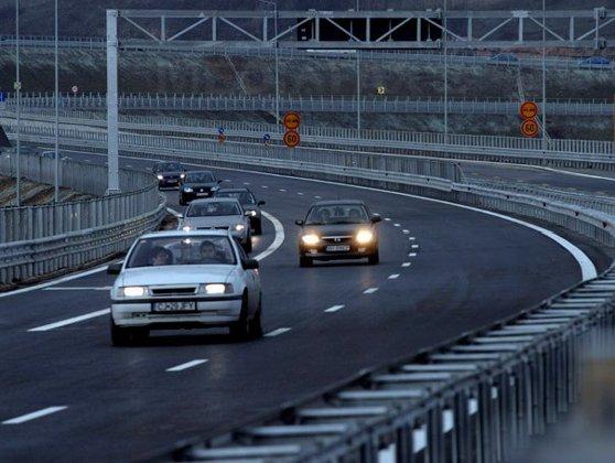 Imaginea articolului Inconştienţă la volan   Şofer filmat când depăşeşte pe linie continuă, în curbă: Mi se fâlfâie