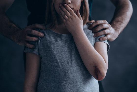 Imaginea articolului Noi detalii şocante ies la iveală în cazul poliţistului acuzat că întreţinea relaţii sexuale cu o fată de 13 ani. Colegă: Avea poze indecente cu ea. Ajungea acasă drogată şi bătută