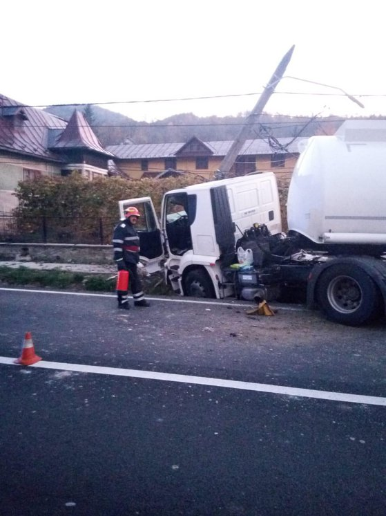 Accident pe DN1: O cisternă cu zeci de tone de combustibil a lovit un stâlp de electricitate – FOTO