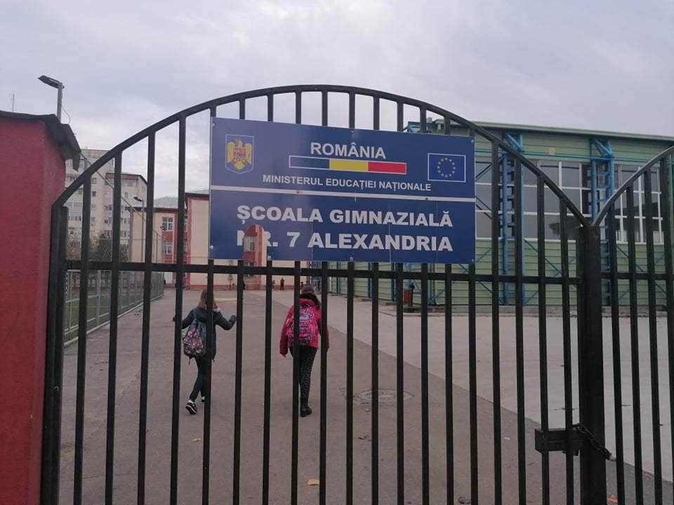 Fiul unui fost poliţist, snopit în bătaie în faţa unei şcoli din Alexandria