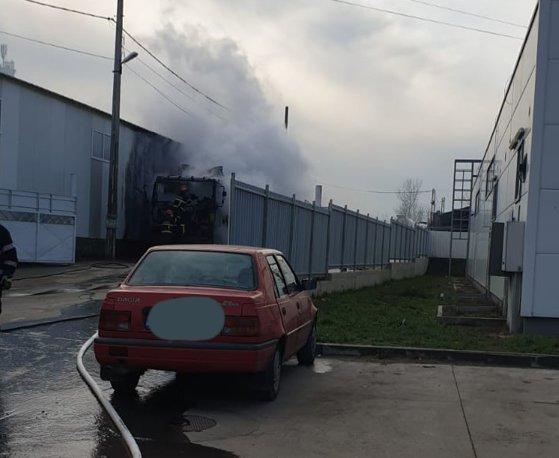 Imaginea articolului Incendiu la un camion încărcat cu pietriş, propagat la o hală de lângă un supermarket în Focşani