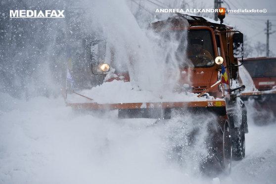 Imaginea articolului Mai multe drumuri din Transilvania, acoperite marţi dimineaţa cu zăpadă. Drumarii au intervenit cu material antiderapant