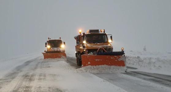 Imaginea articolului Circulaţia pe Transalpina, cel mai înalt drum din ţară, restricţionată. Cât este stratul de zăpadă. VIDEO