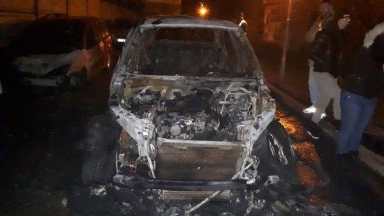 Imaginea articolului Incendiu puternic într-o parcare. O maşină de lux a fost distrusă complet, iar alte două autoturisme au fost grav avariate. VIDEO