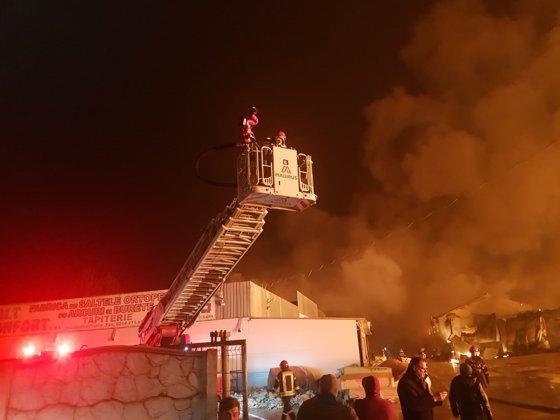 Imaginea articolului Incendiul care a cuprins o fabrică din Prahova, nestins după mai mult de 10 ore de la izbucnire. Anunţul ISU. FOTO şi VIDEO