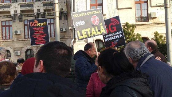 """Imaginea articolului Protest anti-5G la Craiova. Sute de oameni au participat: """"Tehnologia aceasta, în loc să-i apropie pe oameni, îi îndepărtează"""" - FOTO"""