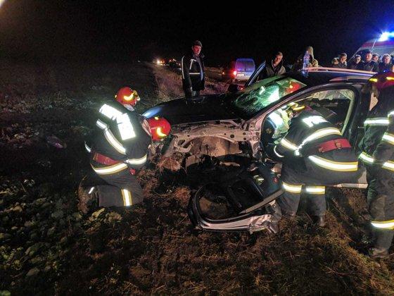Accident între o maşină şi un autobuz, în Timiş: Două persoane au fost rănite – FOTO