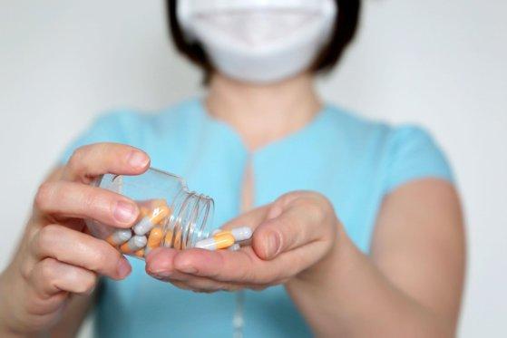 """Imaginea articolului Medicamentele de care trebuie să vă feriţi în timpul pandemiei de COVID-19. """"Pot fi un factor agravant pentru infecţie"""""""