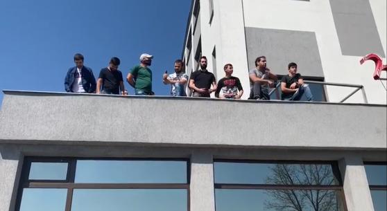 """Situaţie ireală în Craiova. Zeci de oameni s-au urcat pe un hotel, supăraţi că nu pot ieşi din carantină: """"Ne-au sechestrat!"""" Reacţia ministrului Nelu Tătaru"""