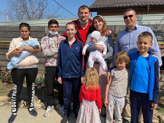 Sergiu, tânărul care s-a dus cu calul să-i ducă scutece soţiei la maternitatea din Iaşi, s-a mutat în casă nouă cu ajutorul lui Cătălin Moroşanu
