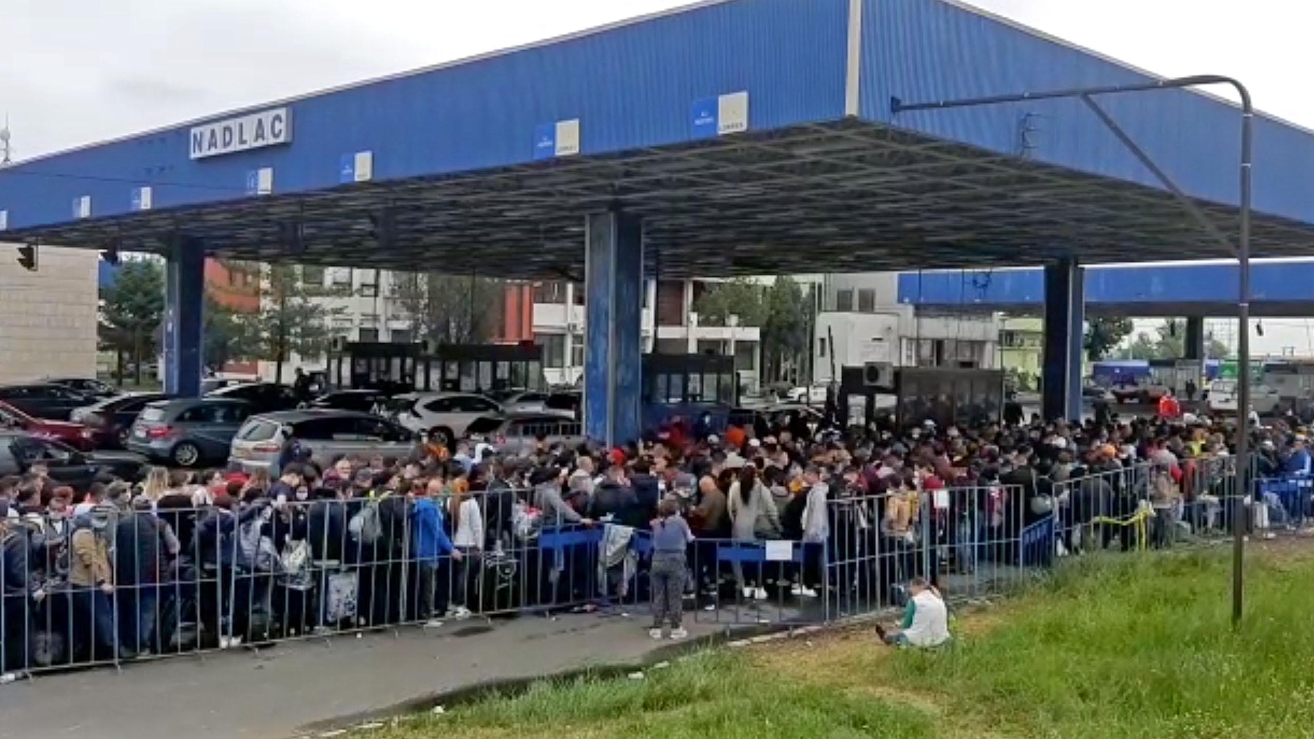 Haosul de la Vama Nădlac continuă şi după ce au fost deschise alte 10 ghişee pentru verificarea documentelor