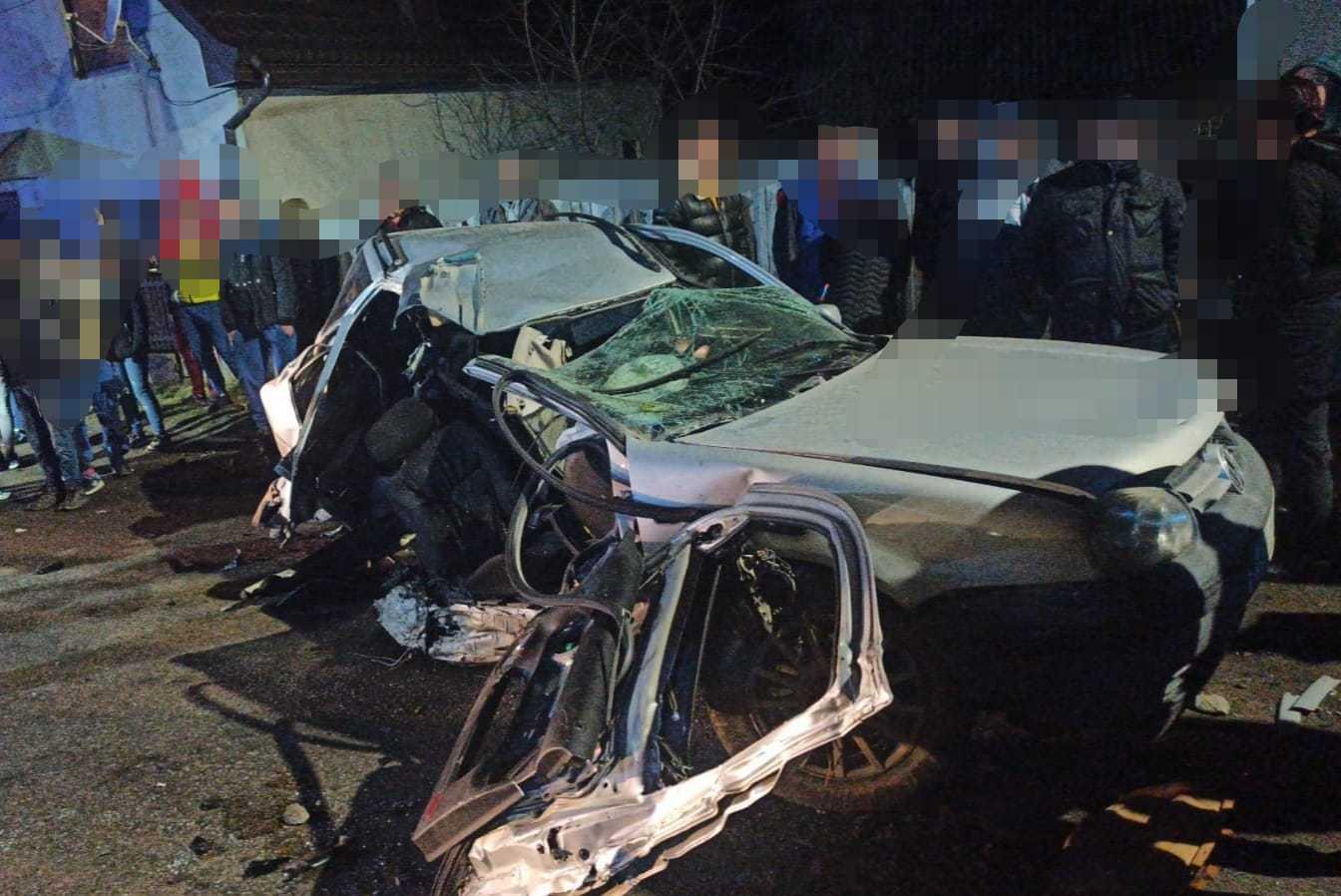 FOTO Accident tragic pe DN 17D, după ce o maşină a lovit un stâlp de electricitate. Un tânăr de 18 ani a murit, iar alţi(...)