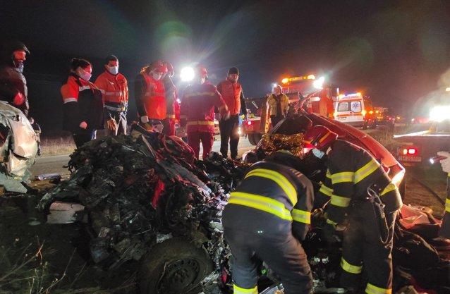 Impact frontal între o maşină şi un camion la ieşirea din Lugoj. Două persoane au murit|EpicNews