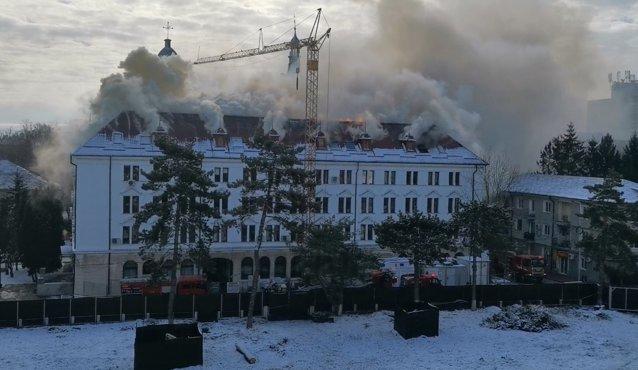 NEWS ALERT Incendiu puternic la Prefectura din Suceava.UPDATE: Se intervine cu 18 maşini de stingere |EpicNews