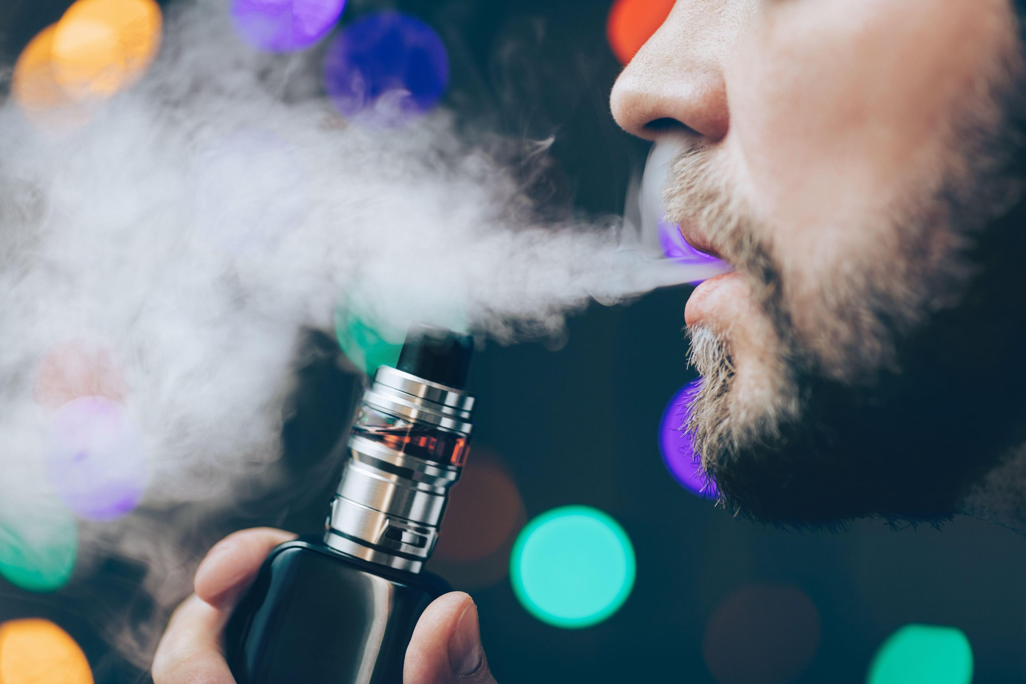 Românii aleg vapingul sau tutunul încălzit ca să se lase de fumat. Paradoxal, încrederea românilor în produsele de vapat a scăzut