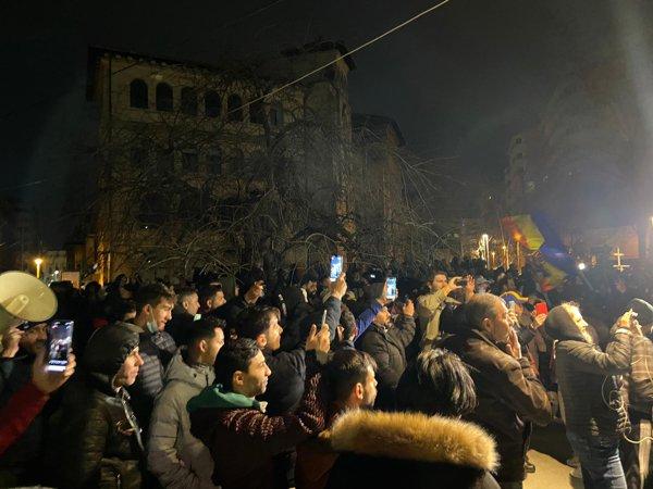 Proteste faţă de noile restricţii impuse de autorităţi. Sute de oameni au  ieşit pe străzi în Bucureşti şi alte oraşe din ţară