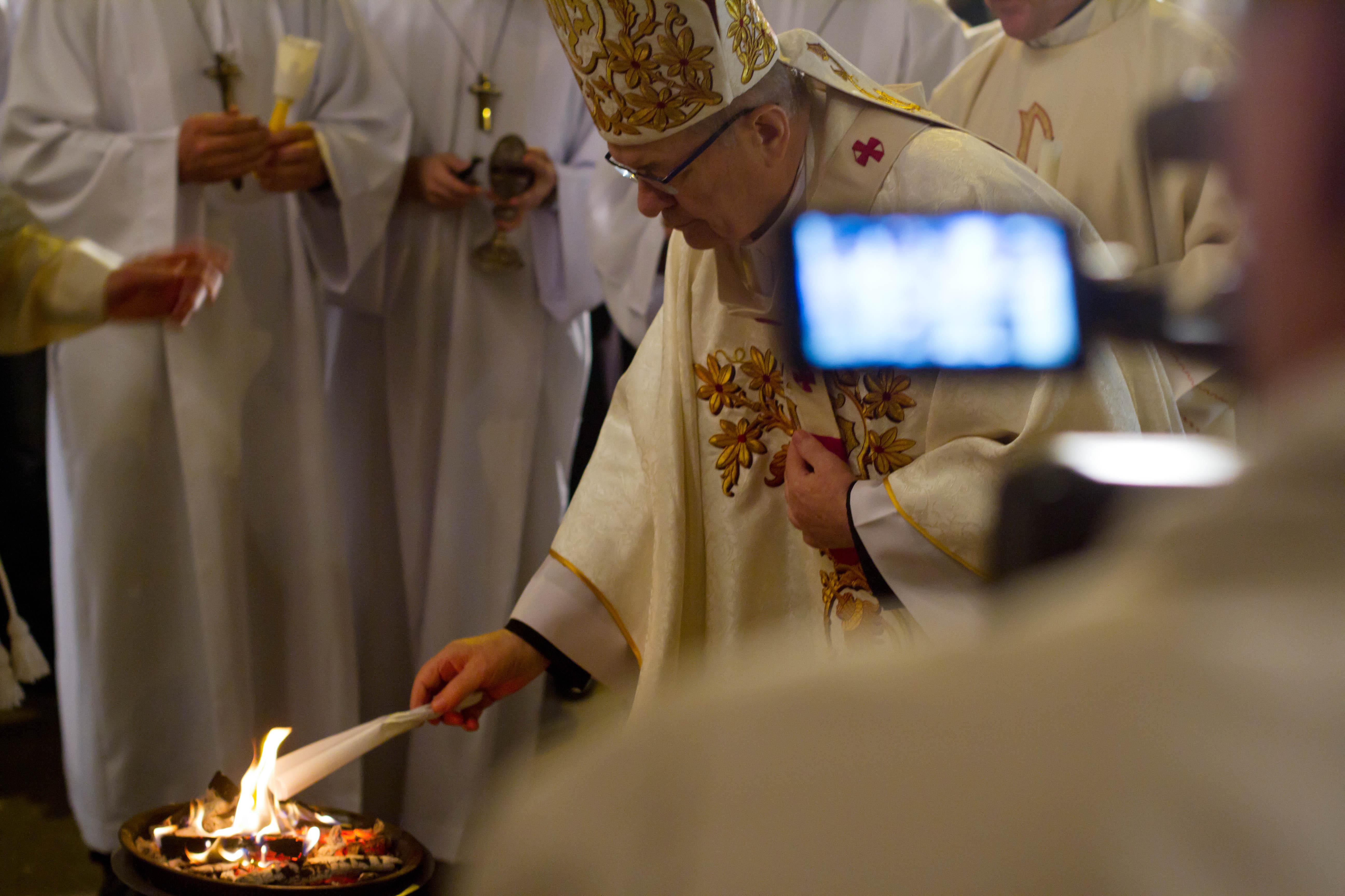 Paştele catolic 2021, restricţii ridicate. Credincioşii merg sâmbătă noapte la Slujba de Paşti. Programul bisericilor
