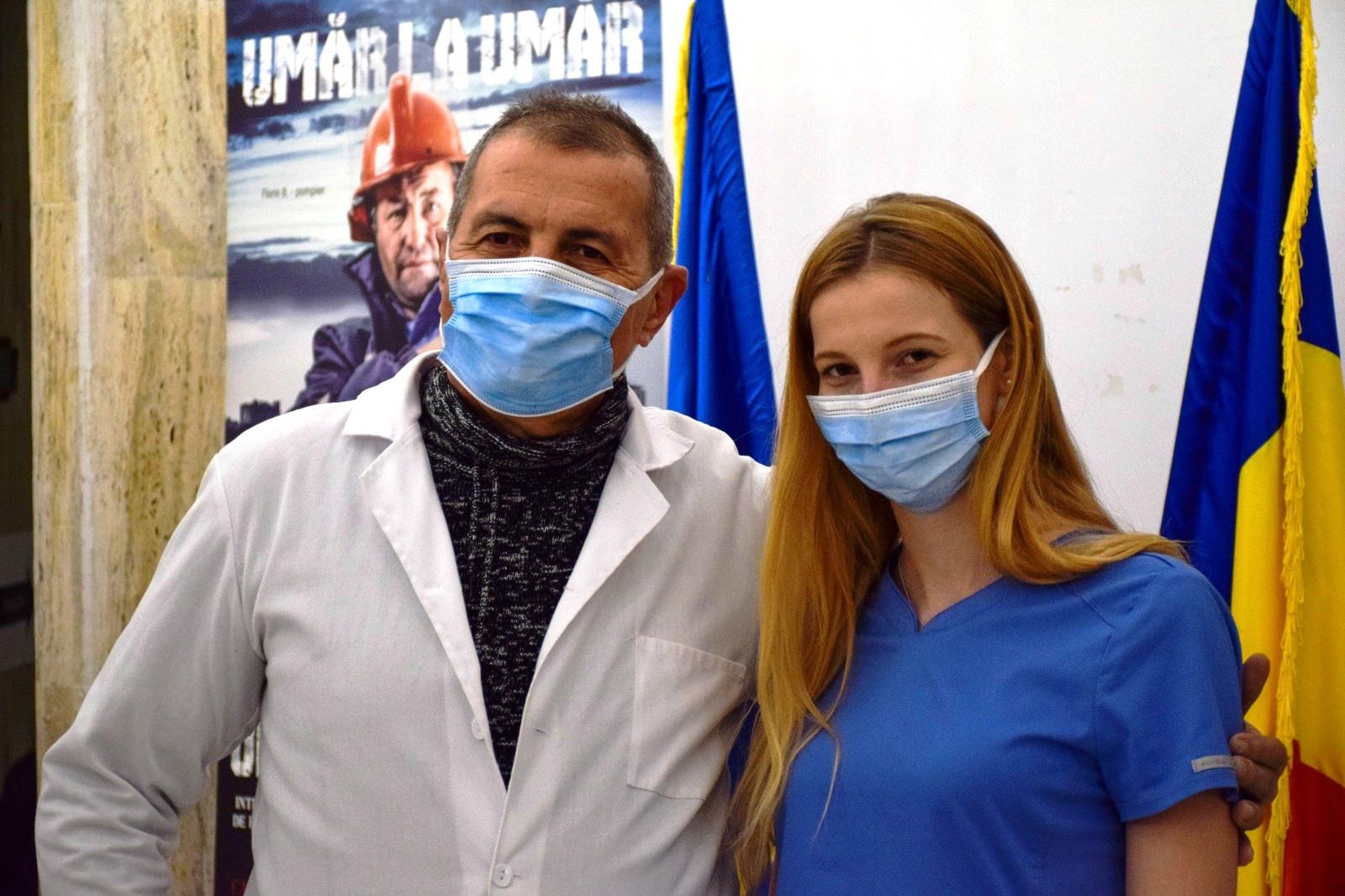 GALERIE FOTO. Tată şi fiică, umăr la umăr, vaccinează împotriva COVID-19 la un centru din Capitală
