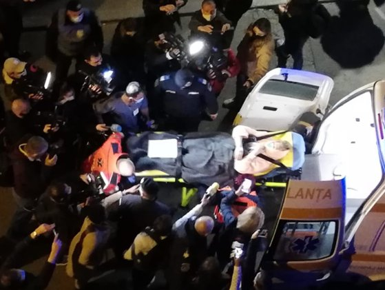 """Pacienţi evacuaţi de la Spitalul """"Foişor"""", devenit suport COVID. Ordinul  lui Arafat. Zeci de oameni protestează vineri noaptea"""