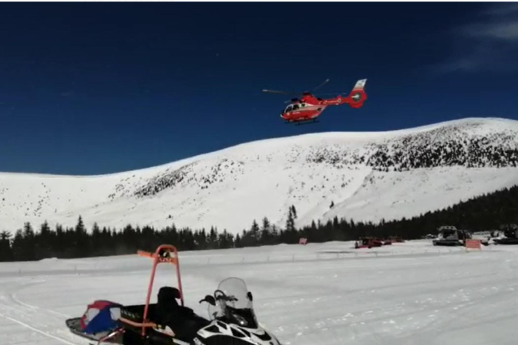 VIDEO Intervenţie cu elicopterul SMURD, după ce doi schiori s-au ciocnit pe pârtie