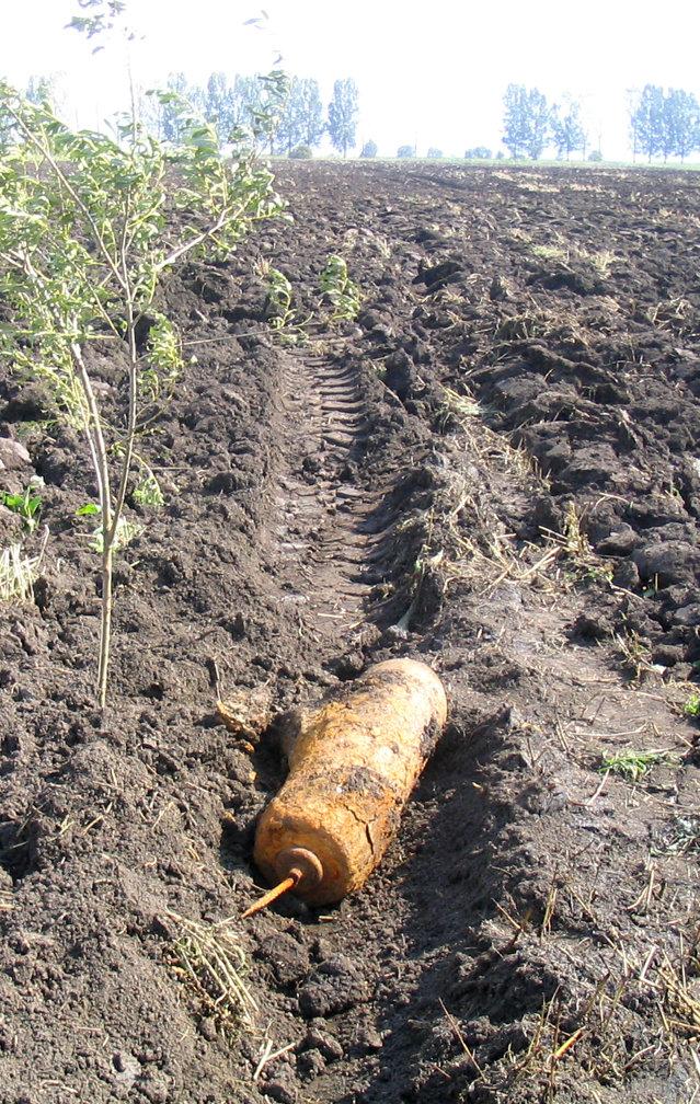 Proiectil exploziv de calibrul 76 mm, găsit de un bărbat din Giurgiu, care ara un teren agricol|EpicNews