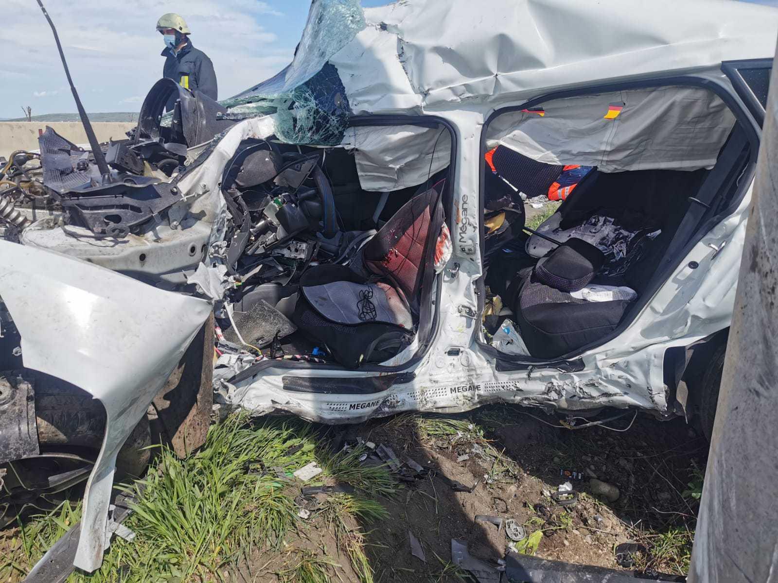 Accident grav pe DN1, cu morţi şi răniţi, după ce o maşină a lovit un stâlp electric