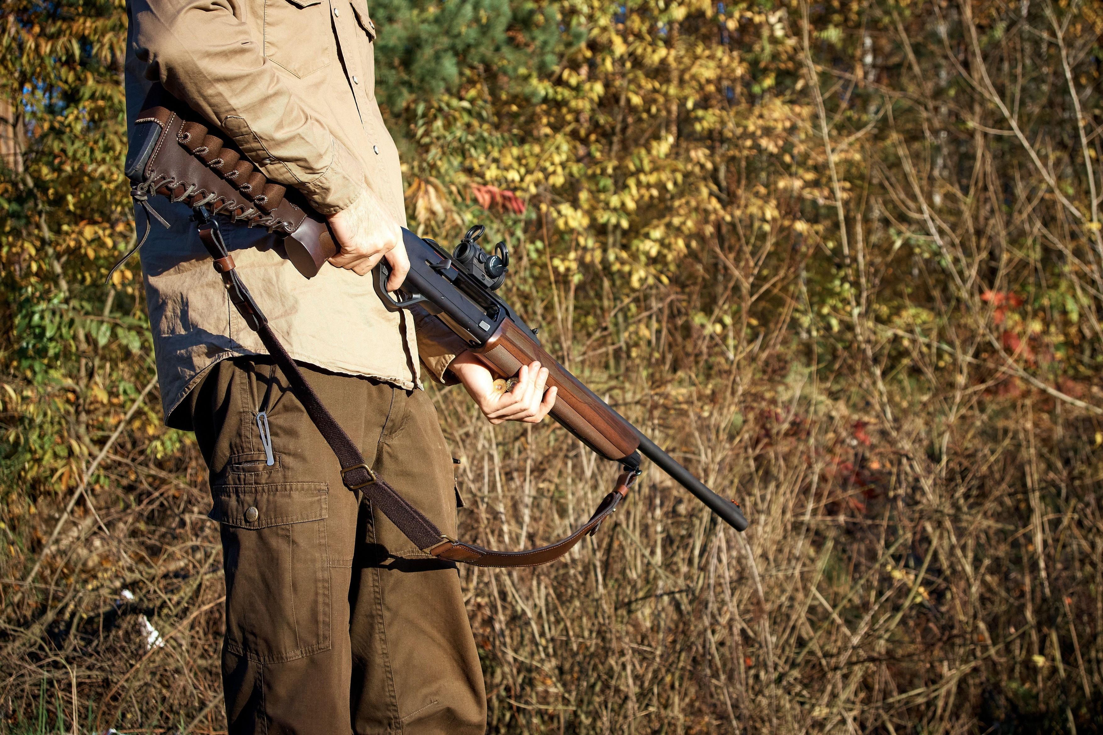 Accident de vânătoare în România. Un bărbat a fost împuşcat în cap