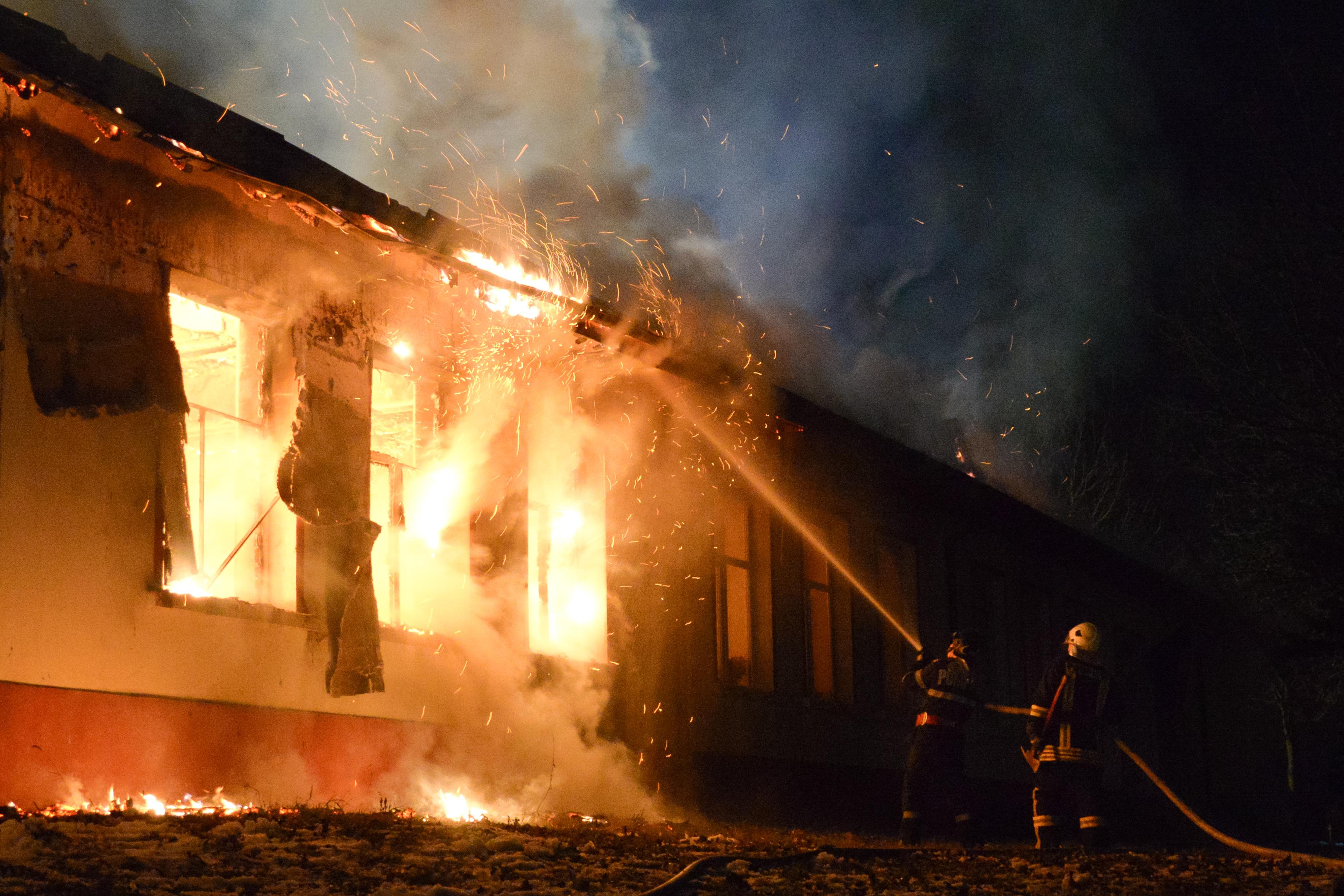 Incendiu violent în Suceava. Au fost afectate cinci gospodării. Pompierii au intervenit cu zece(...)