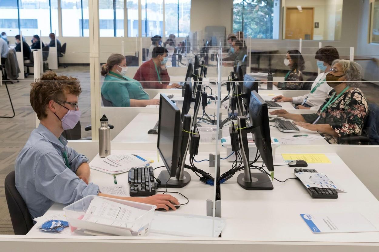 Companiile pot decide dacă angajaţii vaccinaţi mai poartă mască în birouri sau nu