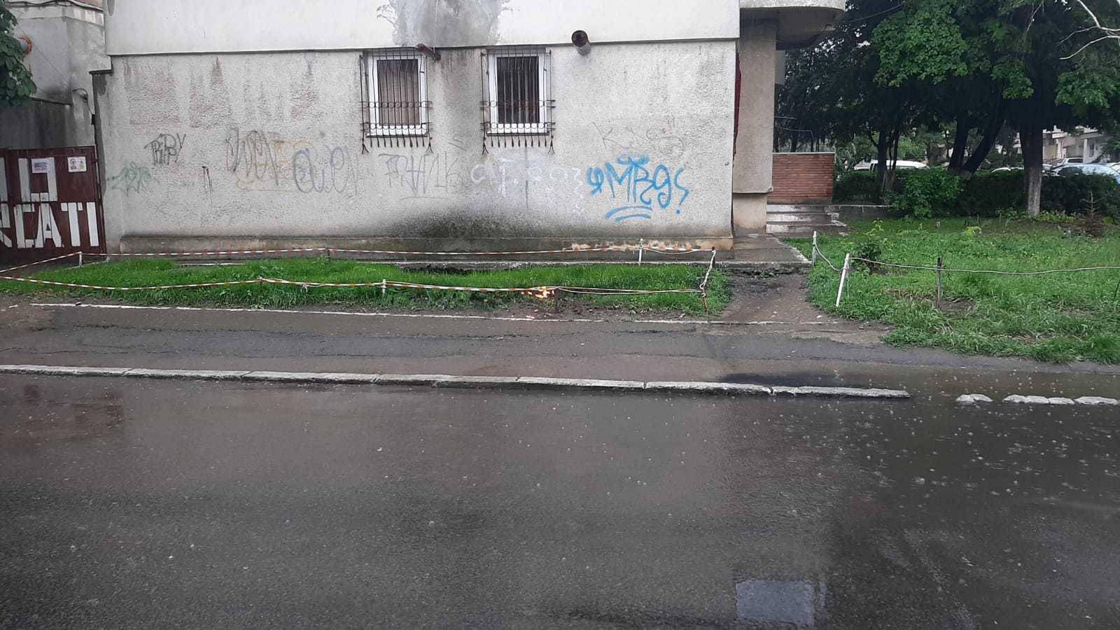 Caz ciudat în Constanţa: Foc din pământ, în urma unor explozii subterane în apropierea unui bloc