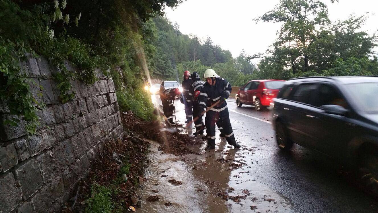 Carosabil inundat cu aluviuni, pe Valea Prahovei. Trafic rutier îngreunat