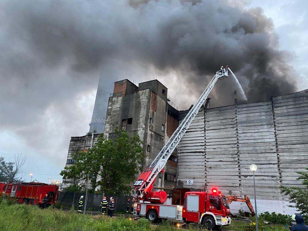 Incendiu reizbucnit la Brazi. Peste 500 de tone de deşeuri au ars. Garda de Mediu spune că nu poate măsura impactul de mediu