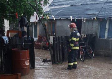 Inundaţii în România. Drumuri blocate, persoane izolate şi intervenţii ale pompierilor