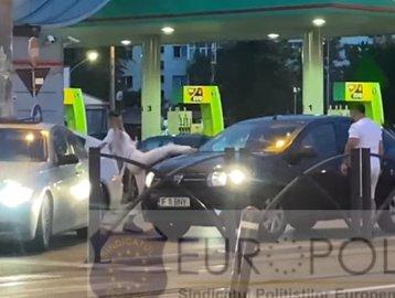 Incident filmat în traficul din Bucureşti. În mijlocul străzii, doi tineri blochează o maşină şi o distrug VIDEO