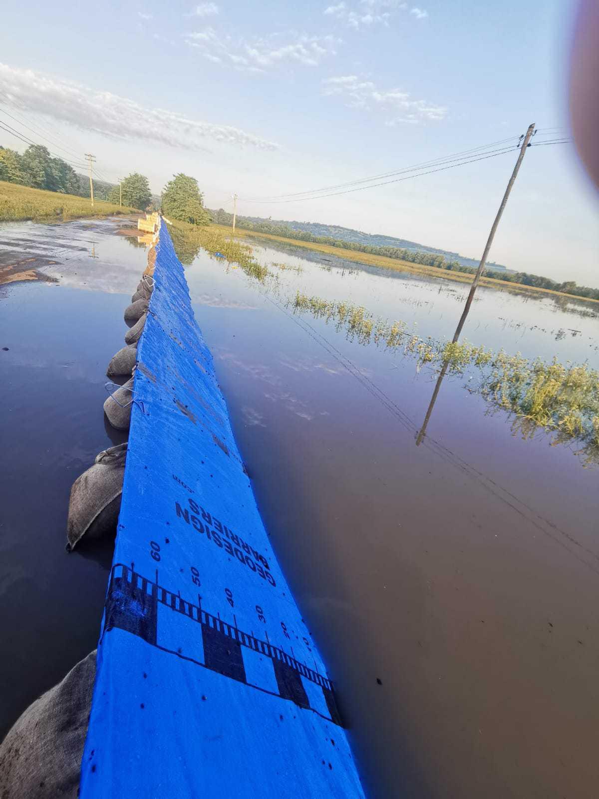 Peste 1.700 de metri liniari de diguri mobile, ridicate pentru a proteja Vadu Roşca