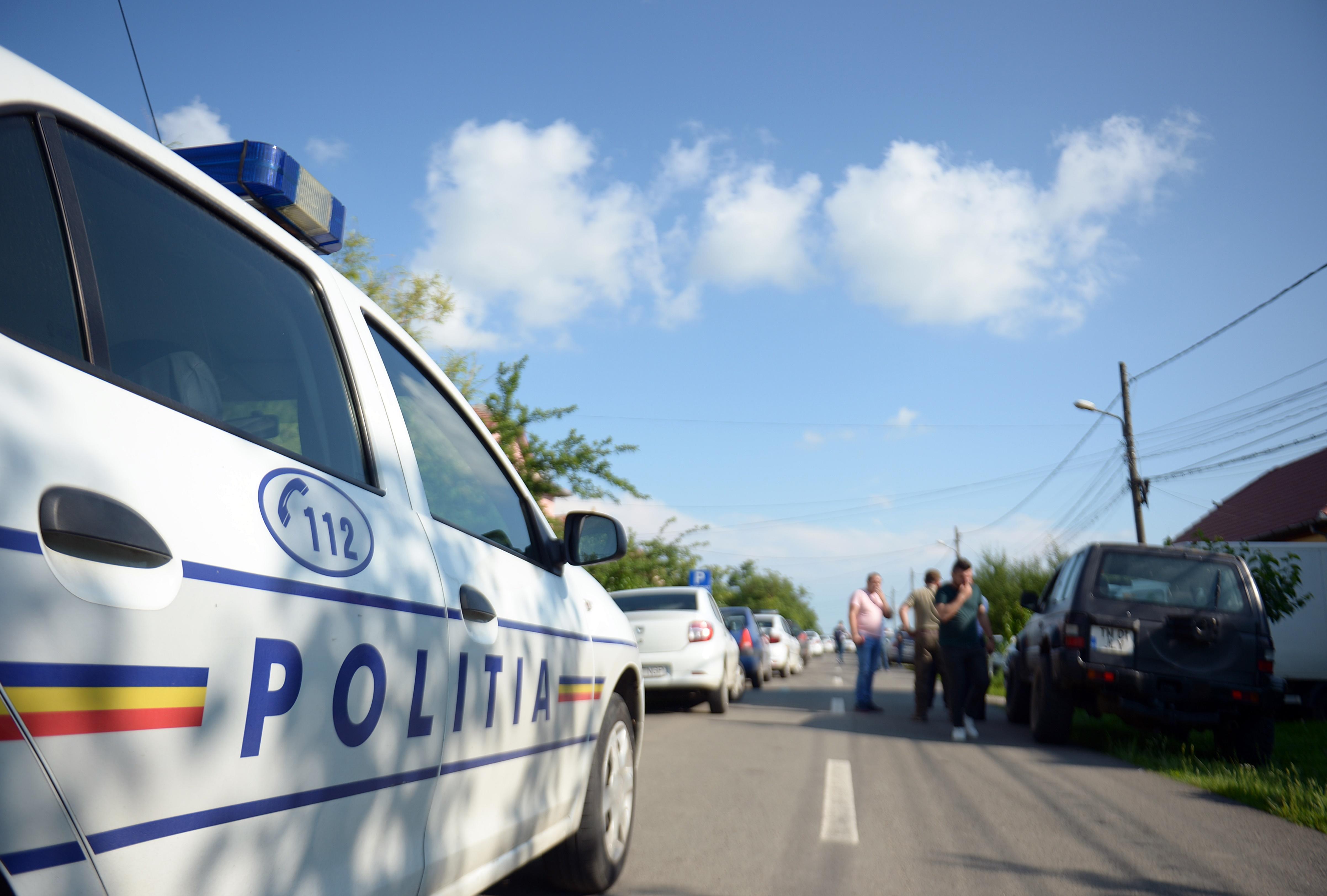 Moarte suspectă: un bărbat a fost găsit împuşcat, în propria curte