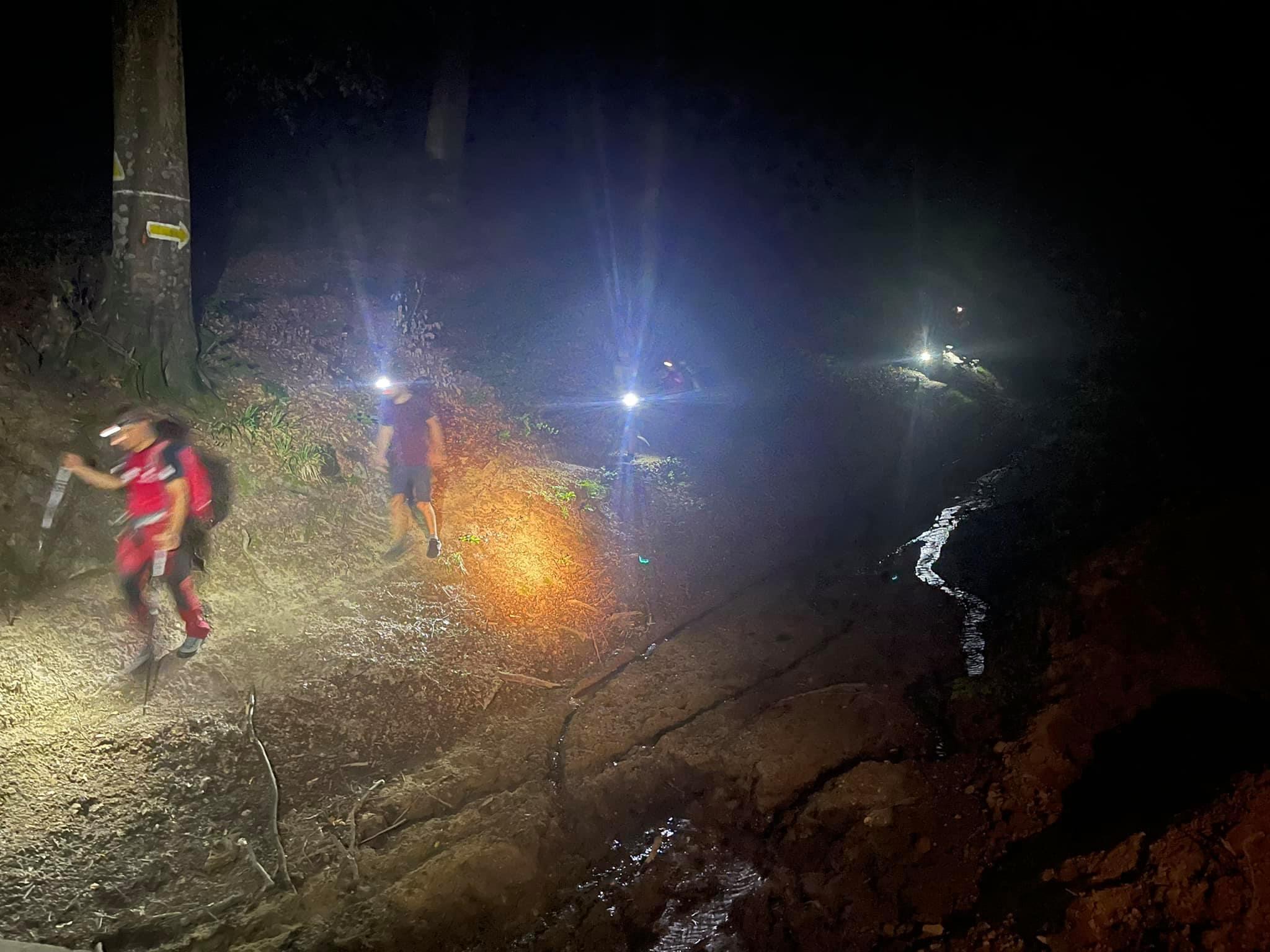 FOTO Fără lanternă pe munte. Doi tineri, recuperaţi noaptea de salvamontişti